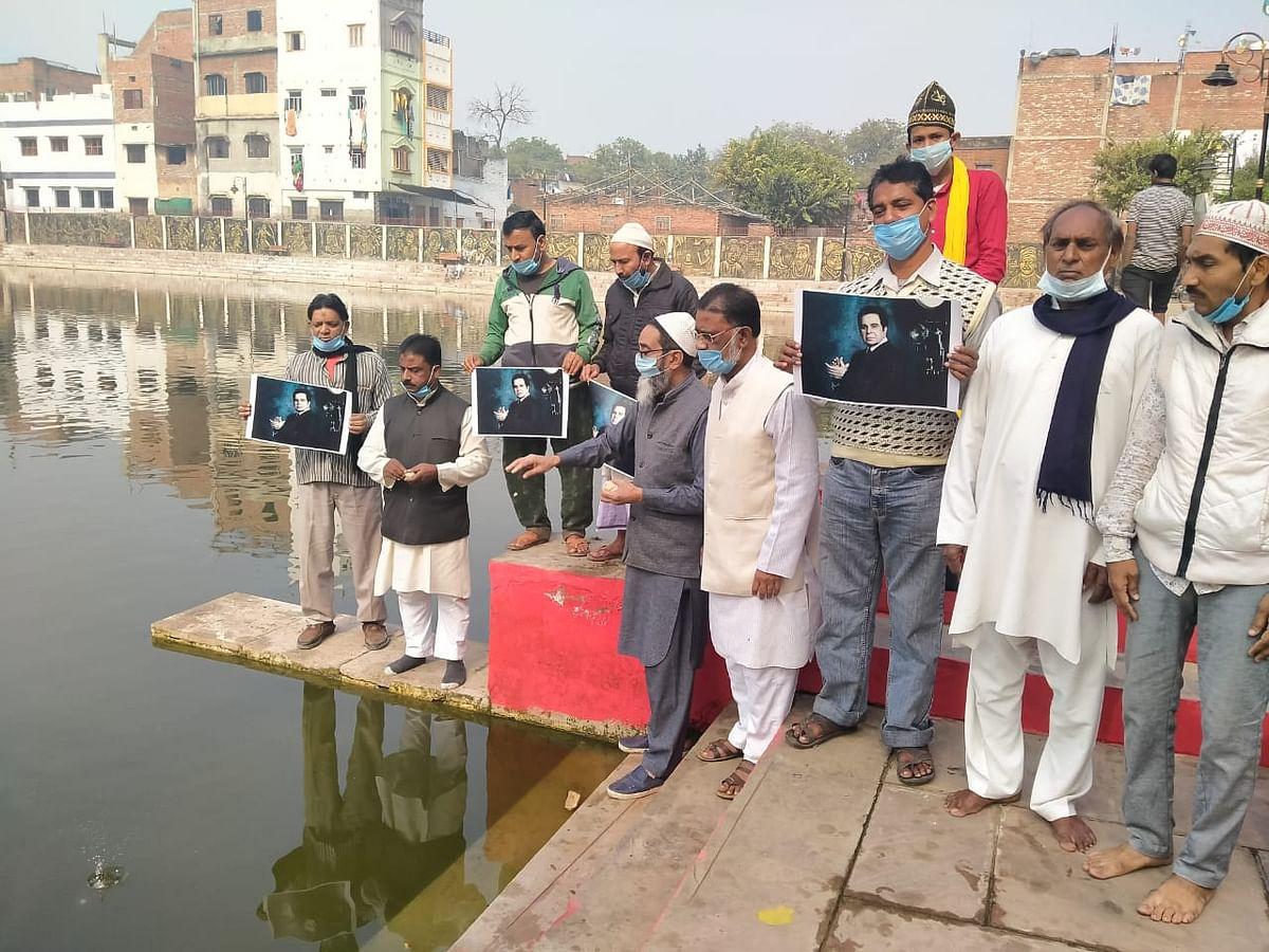 प्रशंसकों ने दिलीप कुमार का जन्मदिन मनाया, खिलाया मछलियों को चारा