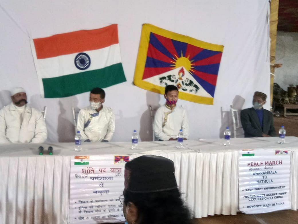 तिब्बत की आजादी के लिए धर्मशाला से 41 दिन तक लगातार पैदल चलकर वाराणसी पहुंचे दो युवा