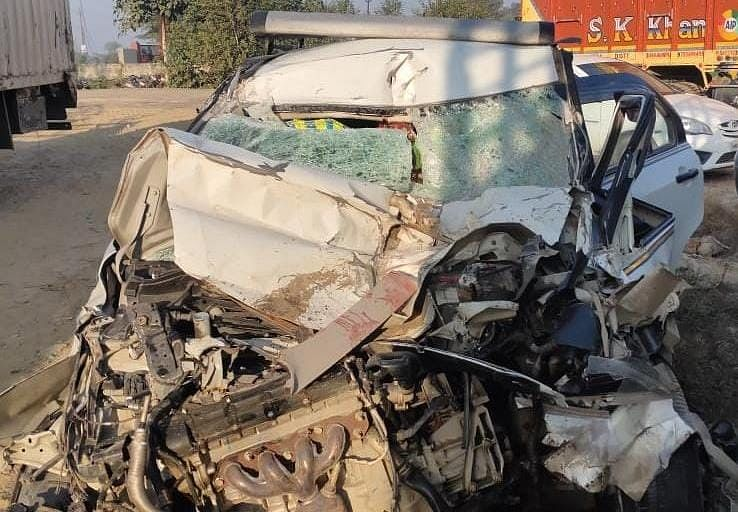 Car going from Noida to Jalaun collides with truck, one killed, three injured