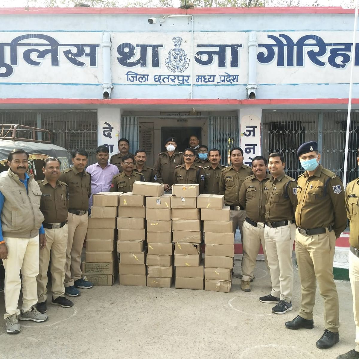 Seized illegal liquor being taken from auto, accused absconding