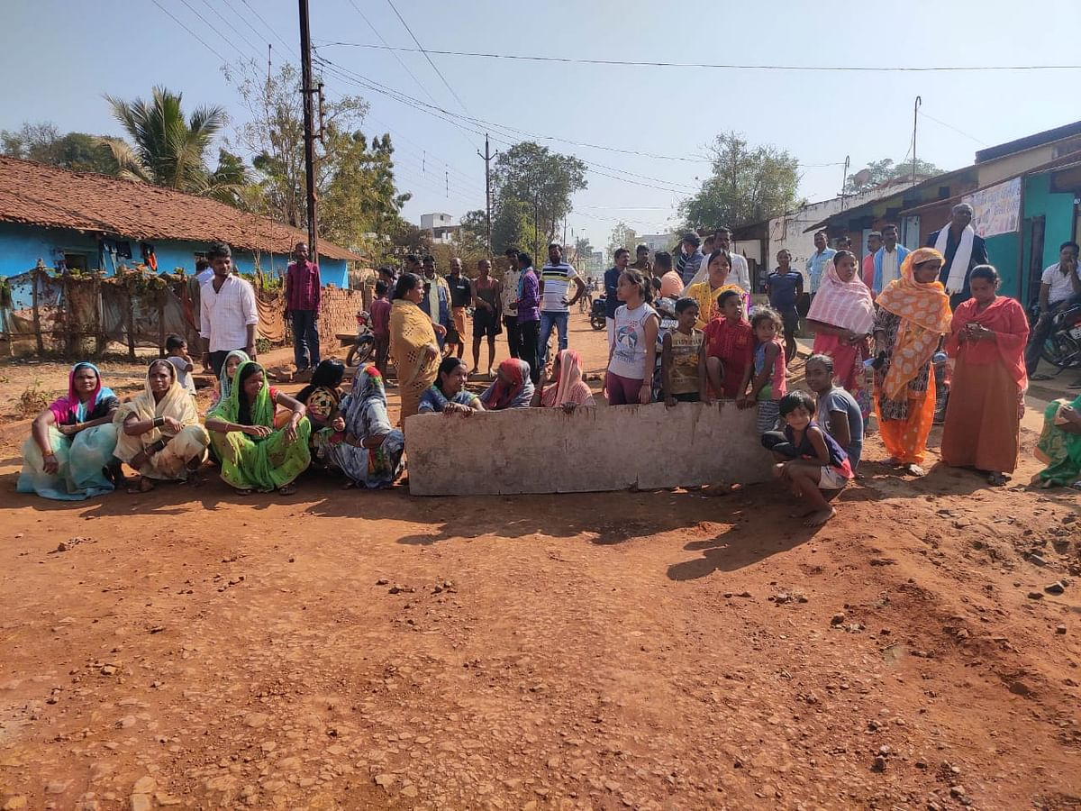 Distressed residents of the road blocked the road