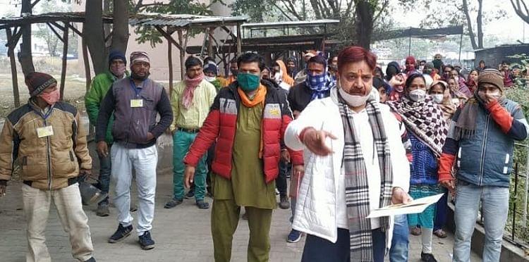 फुटपाथ कारोबारियों का प्रदर्शन, नारेबाजी