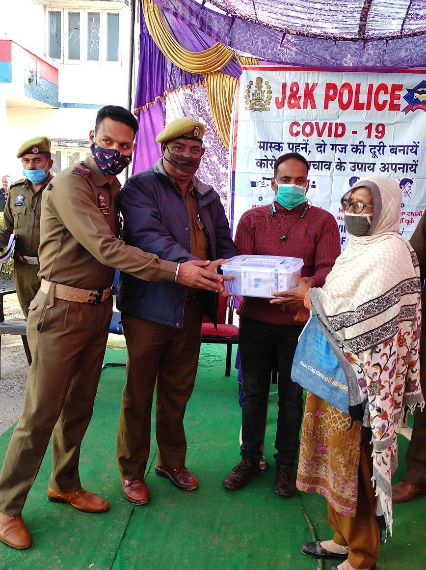 कठुआ पुलिस ने 40 जरूरतमंद परिवारों को कोविड-19 से बचने के लिए सुरक्षा कीट वितरित किए