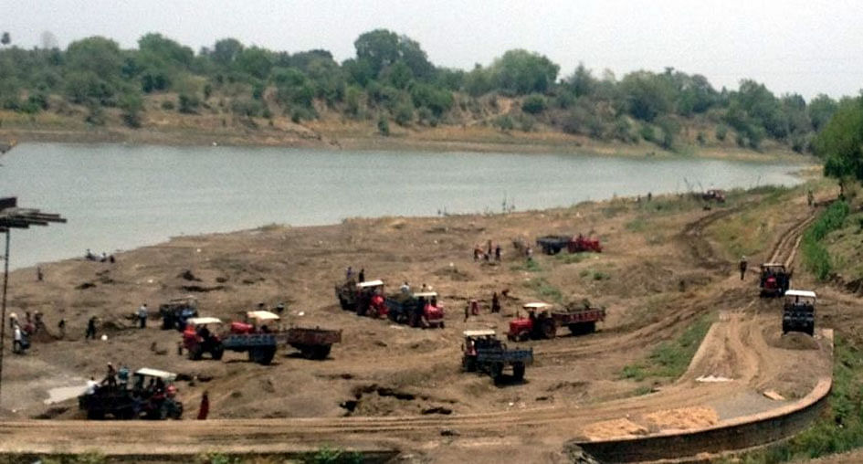 The mafia moraines are strong in the district, illegal mining from rivers is not stopping