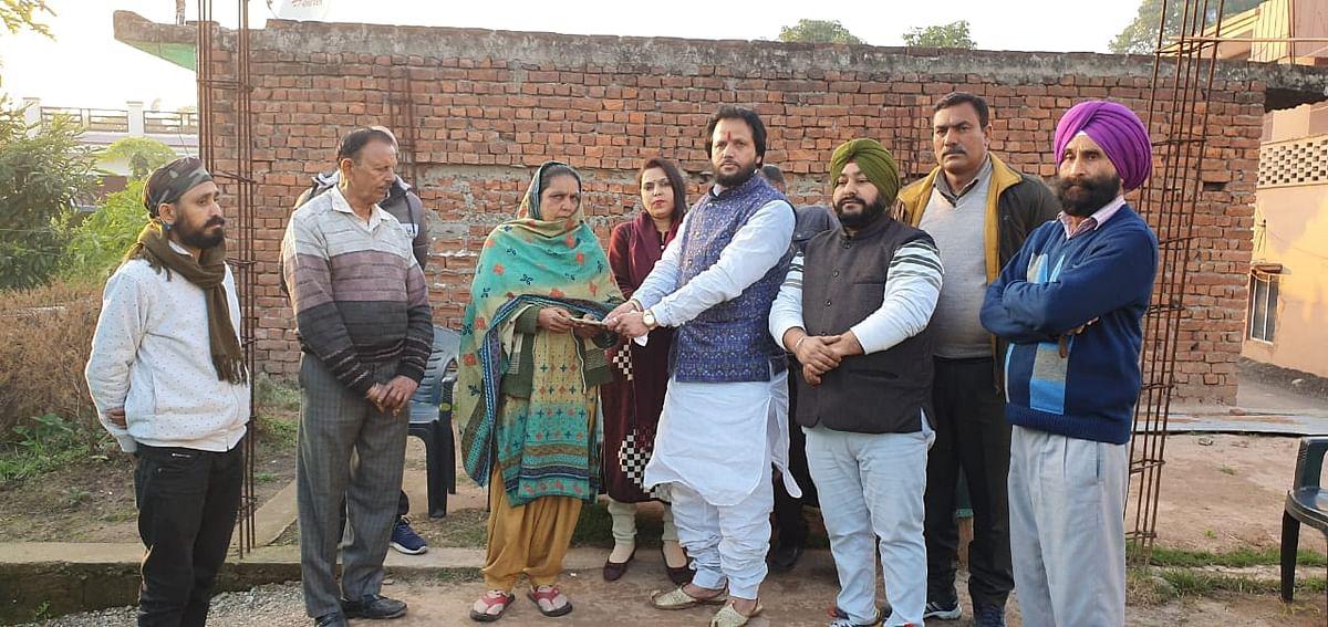 समाजसेवी व लखनपुर मुंसिपल कमेटी पूर्व अध्यक्ष अरुण शर्मा ने सड़क दुर्घटना में घायल हुए युवक की मदद के लिए 25 हजार की आर्थिक सहायता दी।