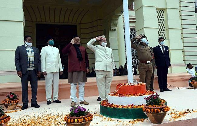 अवधेश नारायण सिंह ने विधान परिषद में किया झंडोत्तोलन