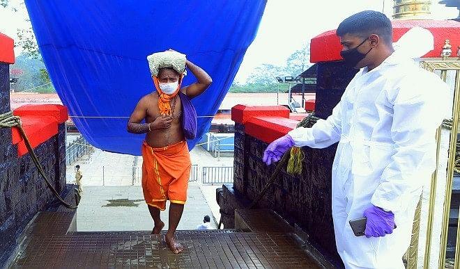 'मकरविलाक्कू' के अवसर पर सैकड़ों श्रद्धालुओं ने की पूजा अर्चना, मास्क लगाकर भगवान अयप्पा के किए दर्शन