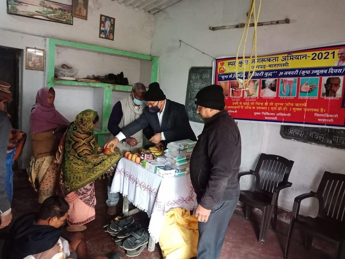 बापू की पुण्यतिथि पर कुष्ठ रोगियों में फल वितरण, जागरूकता अभियान