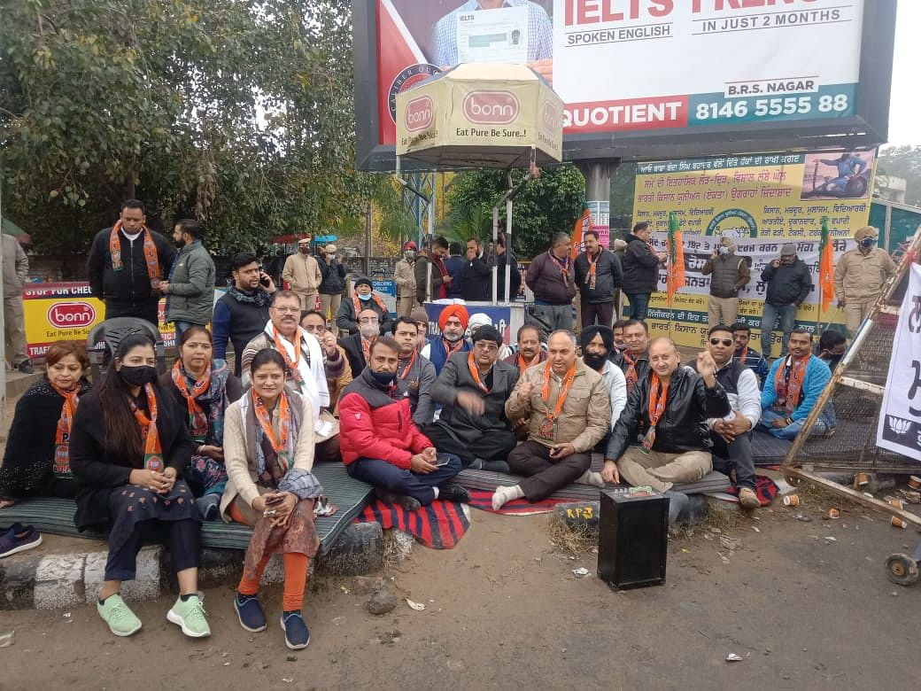 BJP workers today staged a protest outside the Commissioner of Police's office against MP Bittu