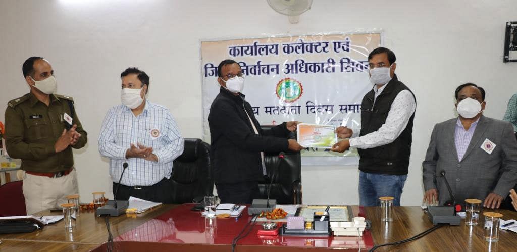लोक सेवा केंद्र ने जिले में किए बेहतरीन काम, राहुल प्रताप सिंह हुए सम्मानित