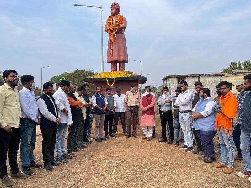 जगदलपुर : भाजयुमो ने स्वामी विवेकानंद की मूर्ति पर माल्यार्पण कर युवा दिवस मनाया