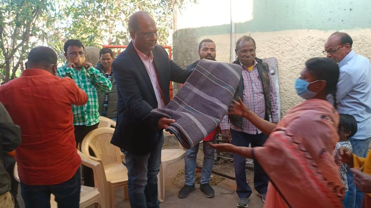 उपमहापौर ने किया गरीबों और जरूरतमंदों के बीच कंबल का वितरण