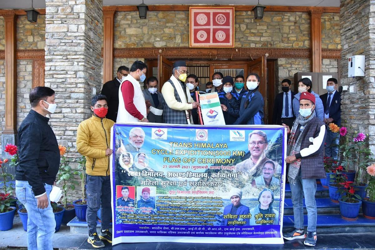 ट्रांस हिमालय साइक्लिंग में उत्तराखंड का प्रतिनिधित्व करने वाली श्रुति रावत को सीएम ने दिए 1.5 लाख रुपये