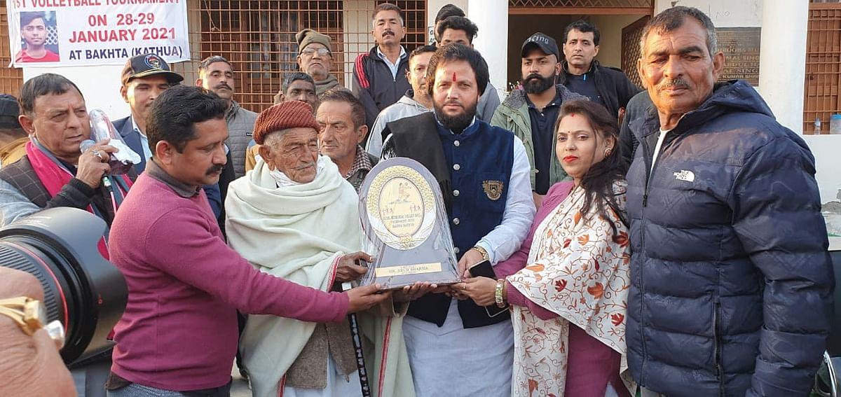 बड़े बुजुर्गों के बीच समाजसेवक अरुण शर्मा रंजु ने करवाया सुनील मेमोरियल वॉलीबॉल टूर्नामेंट का समापन