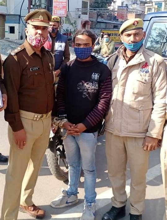 पुलिस ने दबोचा असलहा तस्कर, मध्य प्रदेश से जुड़े तार