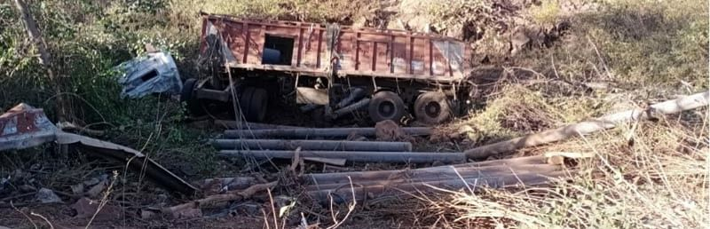 Dantewada: Tire bursts at Banjari Ghat 14 flywheel falls under trailer ghat