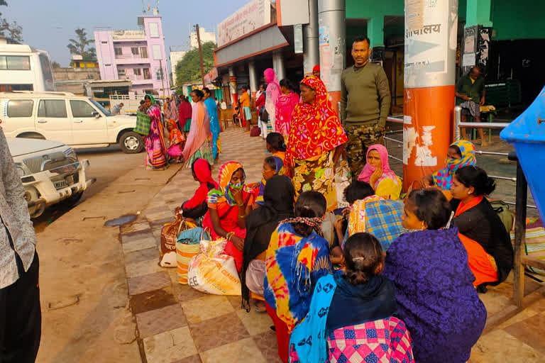 मिर्ची तोडऩे आंध्रप्रदेश पलायन करते मजदूरों को पुलिस ने पकड़ा