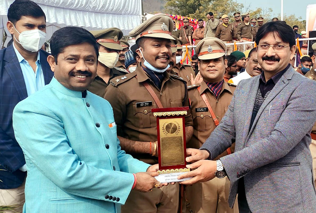 उत्कृष्ट कार्यक्रम संचालन के लिए समाजसेवी केशव शिवहरे को कैबिनेट मंत्री नंदी गुप्ता ने कियासम्मानित