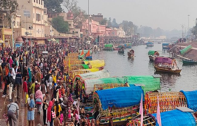 Lakhs of devotees took a dip in Mandakini, orbiting Kamadgiri