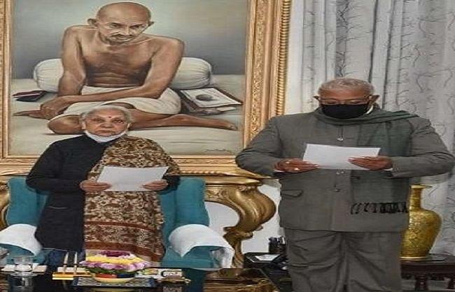 कुंवर मानवेंद्र सिंह विधान परिषद के प्रोटेम स्पीकर नियुक्त, राज्यपाल आंनदीबेन ने दिलाई शपथ