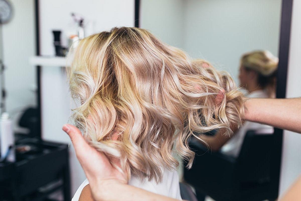 अगर आप बालों को ब्लीच करती है या कलर करवाती है तो जान लें पहले इसके हानिकारक प्रभाव