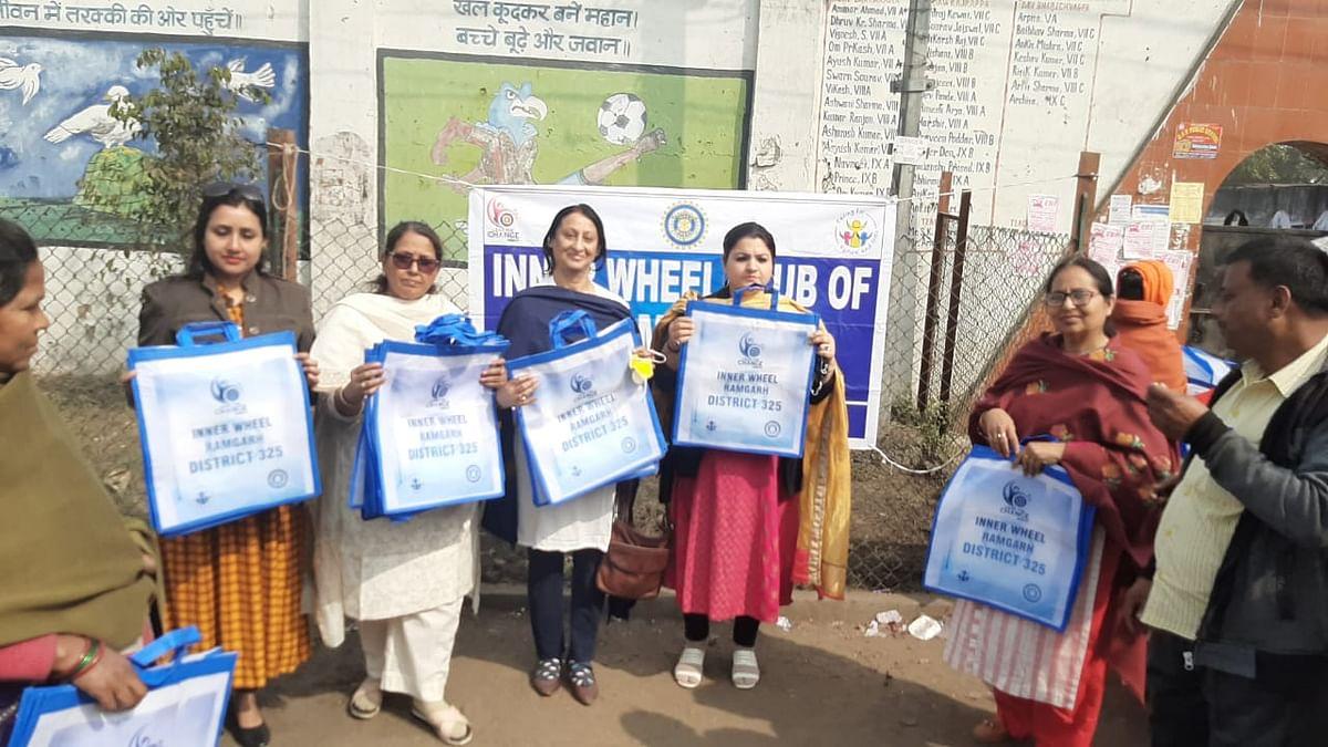इनरव्हील क्लब ने प्लास्टिक मुक्त भारत अभियान के तहत सब्जी विक्रेताओं को किया जागरूक
