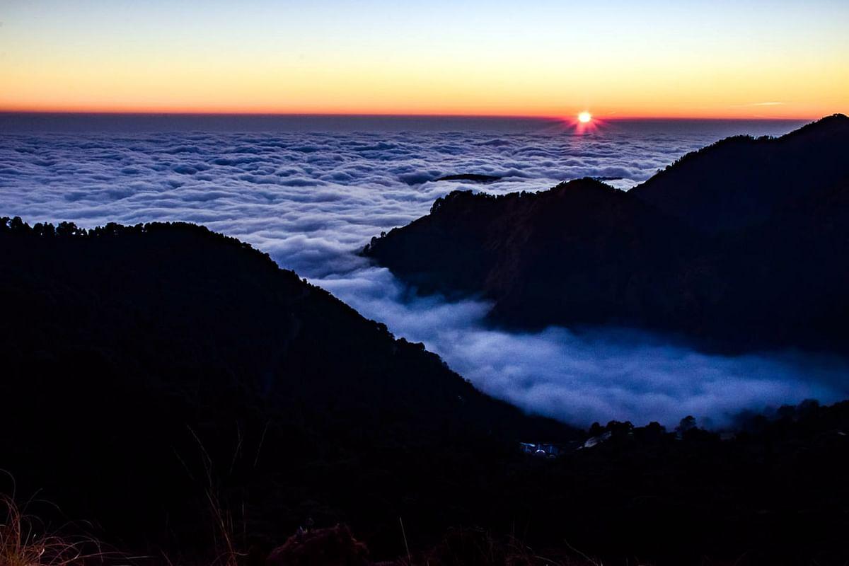 फोटो फीचरः बादलों के समुंदर में अस्ताचल को जाते सूर्य देव