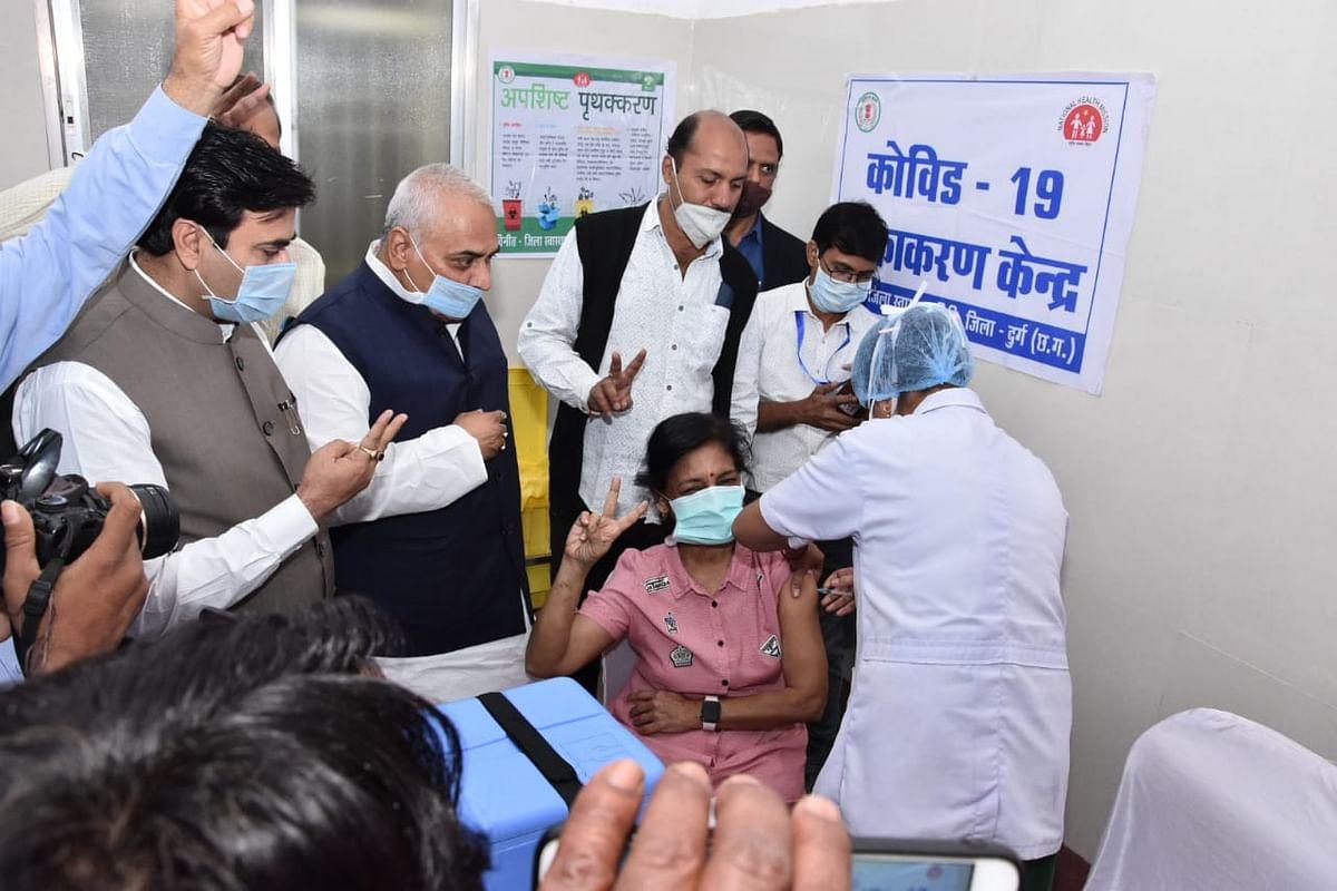 दुर्ग : पहला टीका डॉ. सुगम सावंत को , कोरोना के निराशाकाल के बाद वैक्सीनेशन आरंभ होने से उत्साह का वातावरण