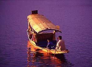 गोरखपुर : 'रामगढ़ झील' में कश्मीर के 'डल झील' का मजा, चल रहा 'शिकारा' का ट्रायल