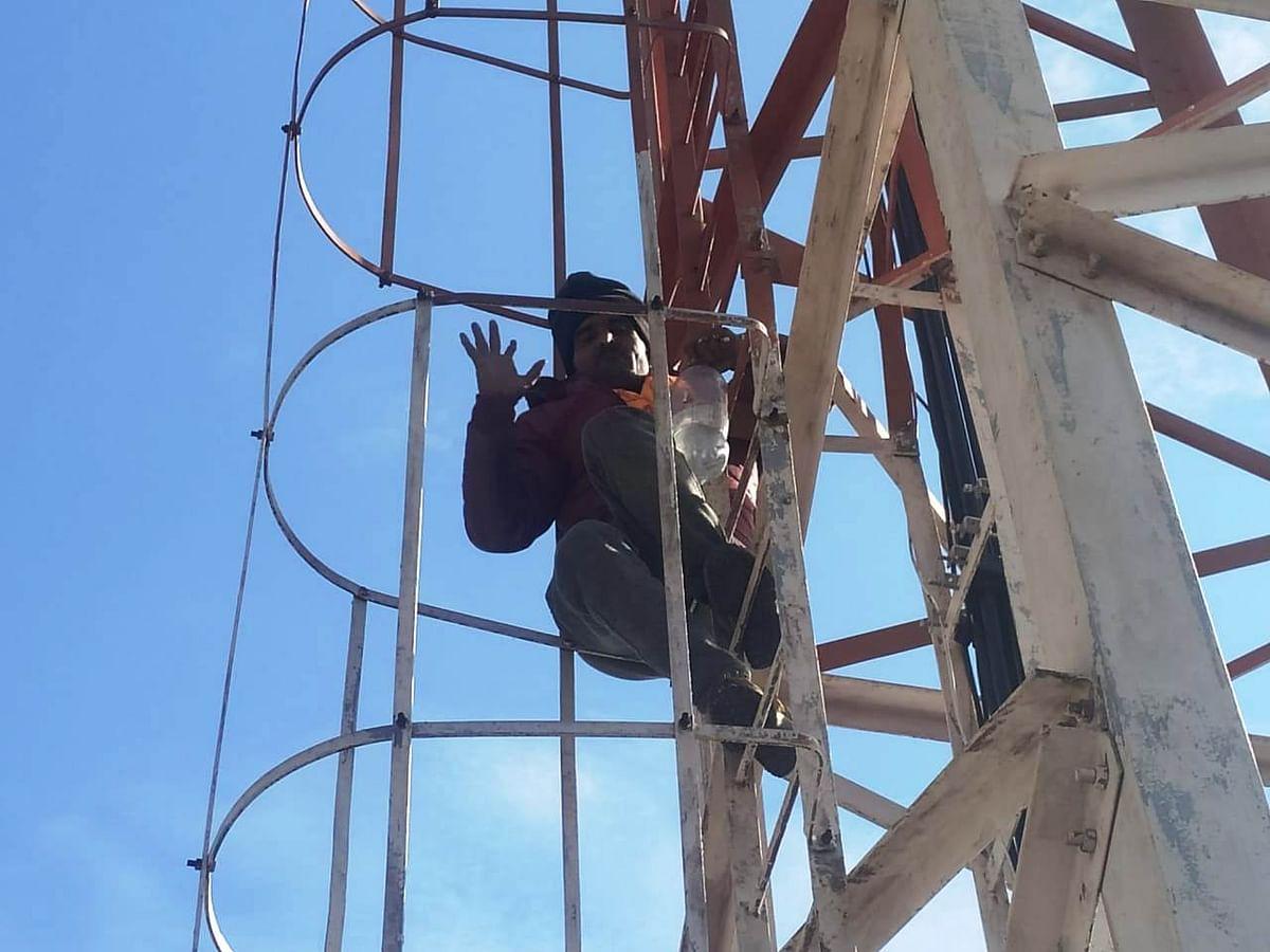 Police forcibly escort agitators sitting on hunger strike, agitators climbed tower