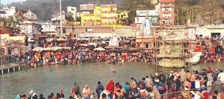 Devotees take a dip of faith, wish for happiness and prosperity on Makar Sankranti