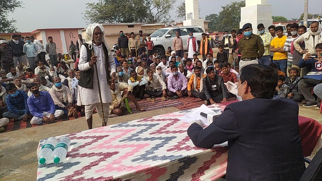 कलेक्टर ने की ग्रामीणों से चर्चा, कहा-अधिक मूल्य लेने वाले विक्रेताओं पर दर्ज होगी एफआईआर