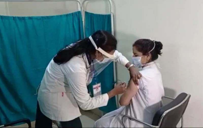 जगदलपुर : महारानी अस्पताल के स्टाफ नर्स दीपिका को लगा पहला कोरोना टीका