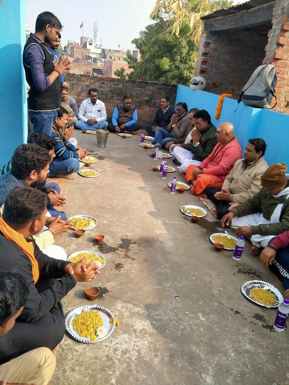 प्रजापति समाज के समरसता भोज में शामिल हुए संत, विहिप कार्यकर्ता