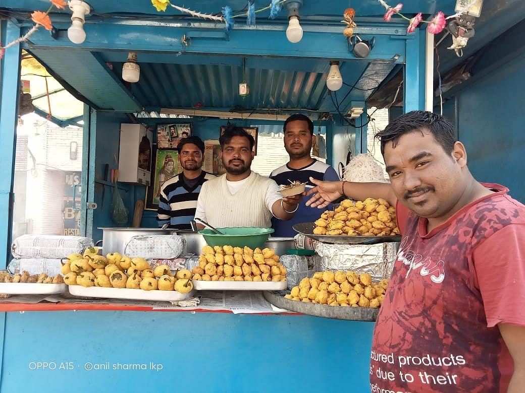 लखनपुर में अखबार विक्रेताओं ने नववर्ष पर लगाया लंगर