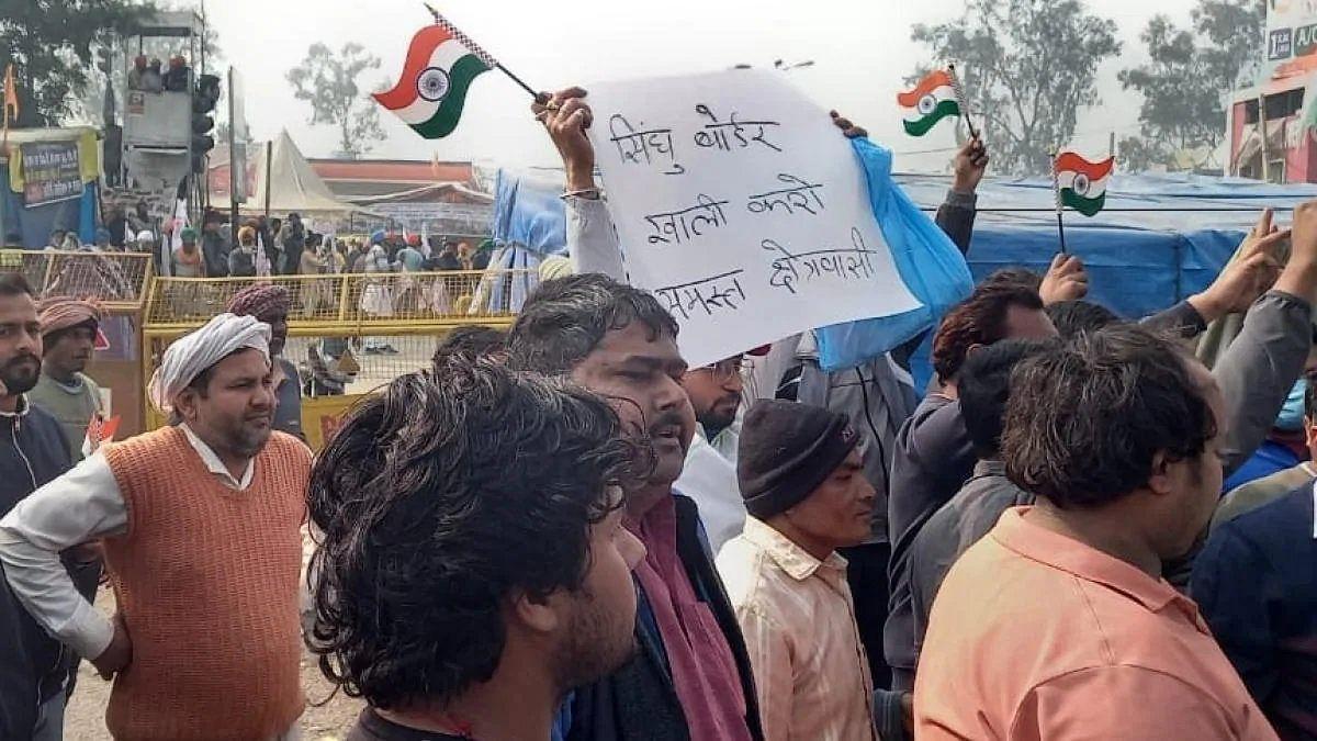 (अपडेट) सिंघु बॉर्डर खाली करने की मांग को लेकर स्थानीय लोगों ने किया प्रदर्शन