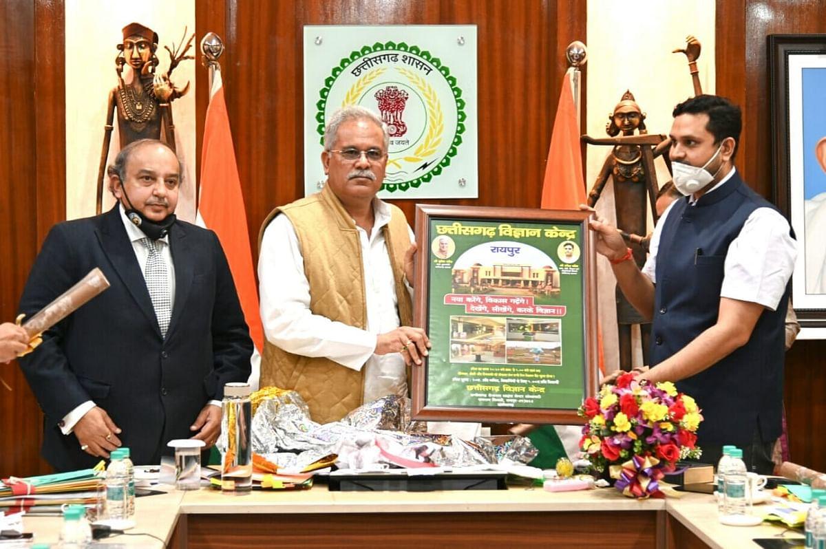 रायपुर : मुख्यमंत्री ने छत्तीसगढ़ रीजनल साइंस सेंटर द्वारा निर्मित पोस्टर का किया विमोचन