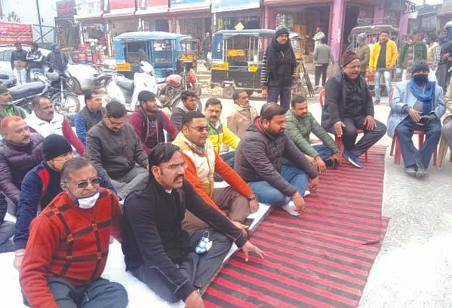 कनखल बाजार में तोड़फोड़ से नाराज कांग्रेस कार्यकर्ताओं ने धरना दिया