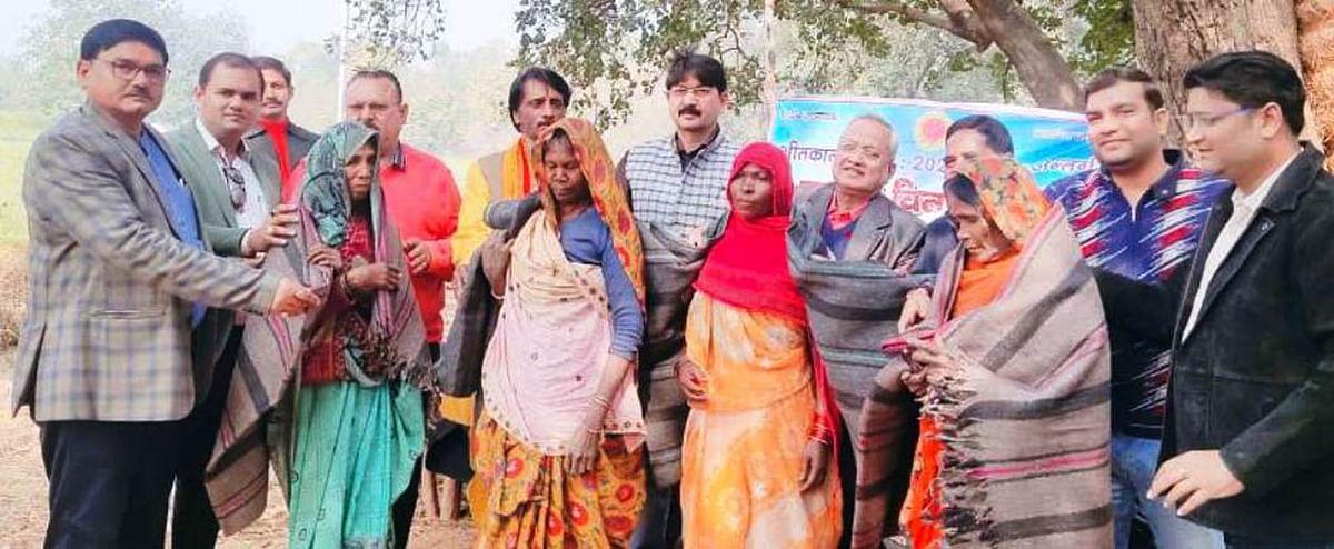 आदिवासी बाहुल्य बटोही गांव पहुंच समाजसेवी संस्था ने बांटा गरीबों को कंबल