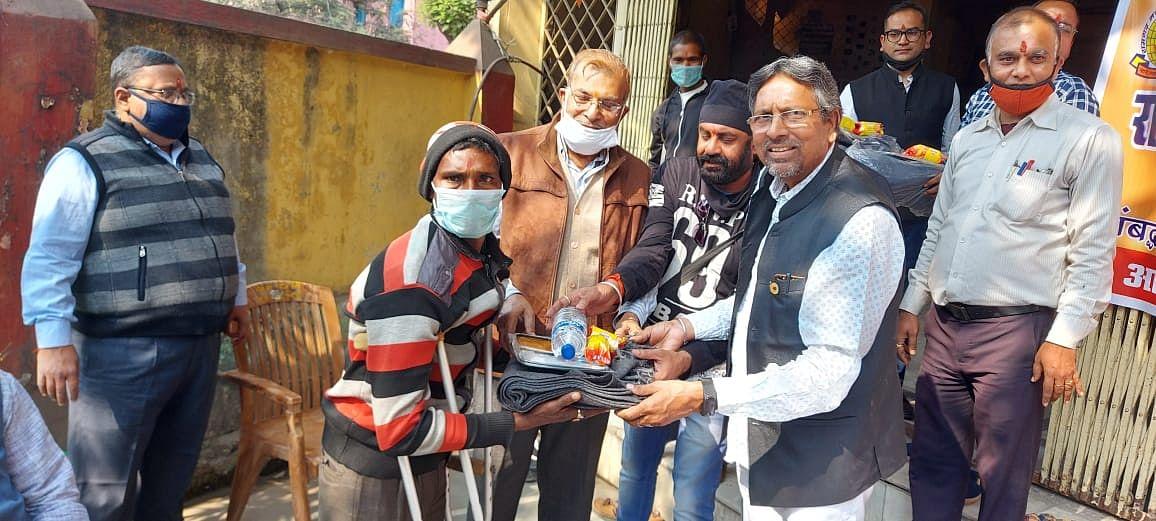 मारवाड़ी सम्मेलन ने दिव्यांगों को उपलब्ध कराया कंबल व भोजन