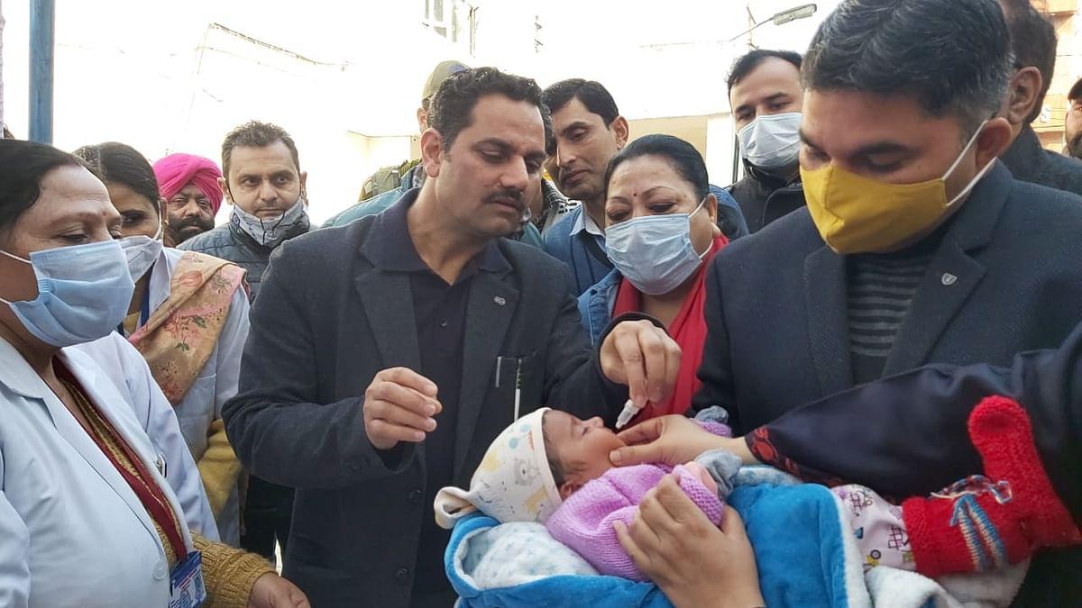 'दो बूंद जिंदगी के' अभियान शुरू, जिला विकास आयुक्त द्वारा बच्चे को पोलियो बूंद पिलाकर हुई अभियान की शुरुआत