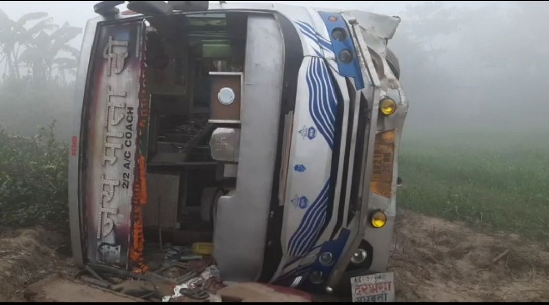 यात्रियों से भरी बस पलटी, आधा दर्जन यात्री घायल