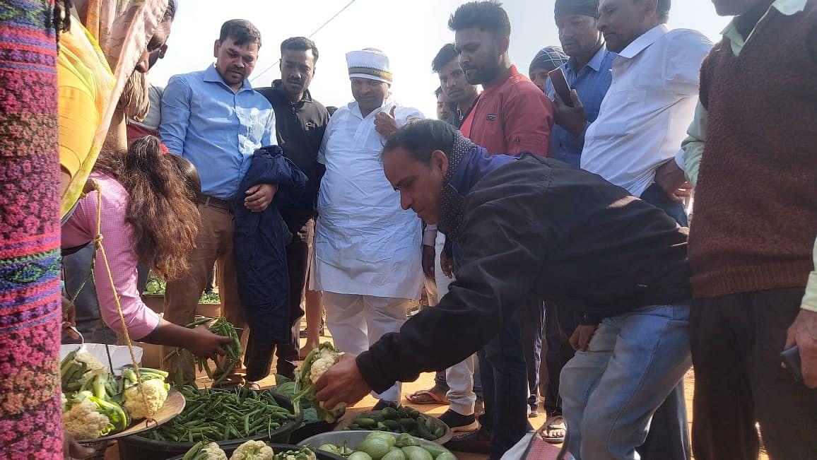 किसानों की समस्या जानने के लिए रुका कृषि मंत्री का काफिला, सब्जी विक्रेताओं से जाना हाल
