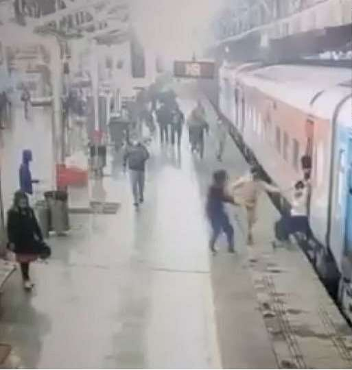 Female RPF personnel saved from alertness, passenger's life, DRM will be awarded