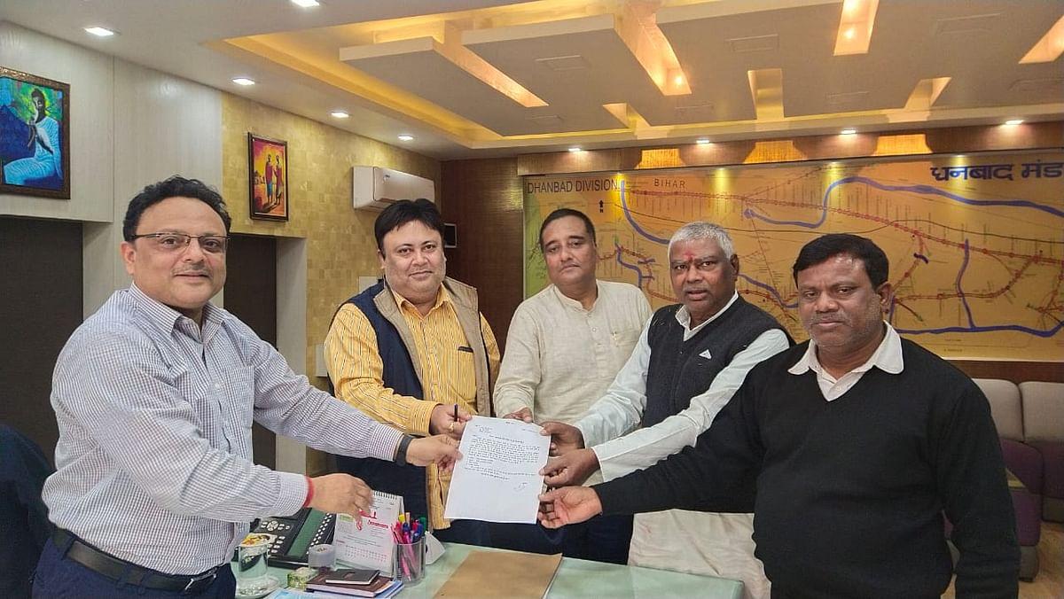 Rail agitators met DRM under the leadership of MLA