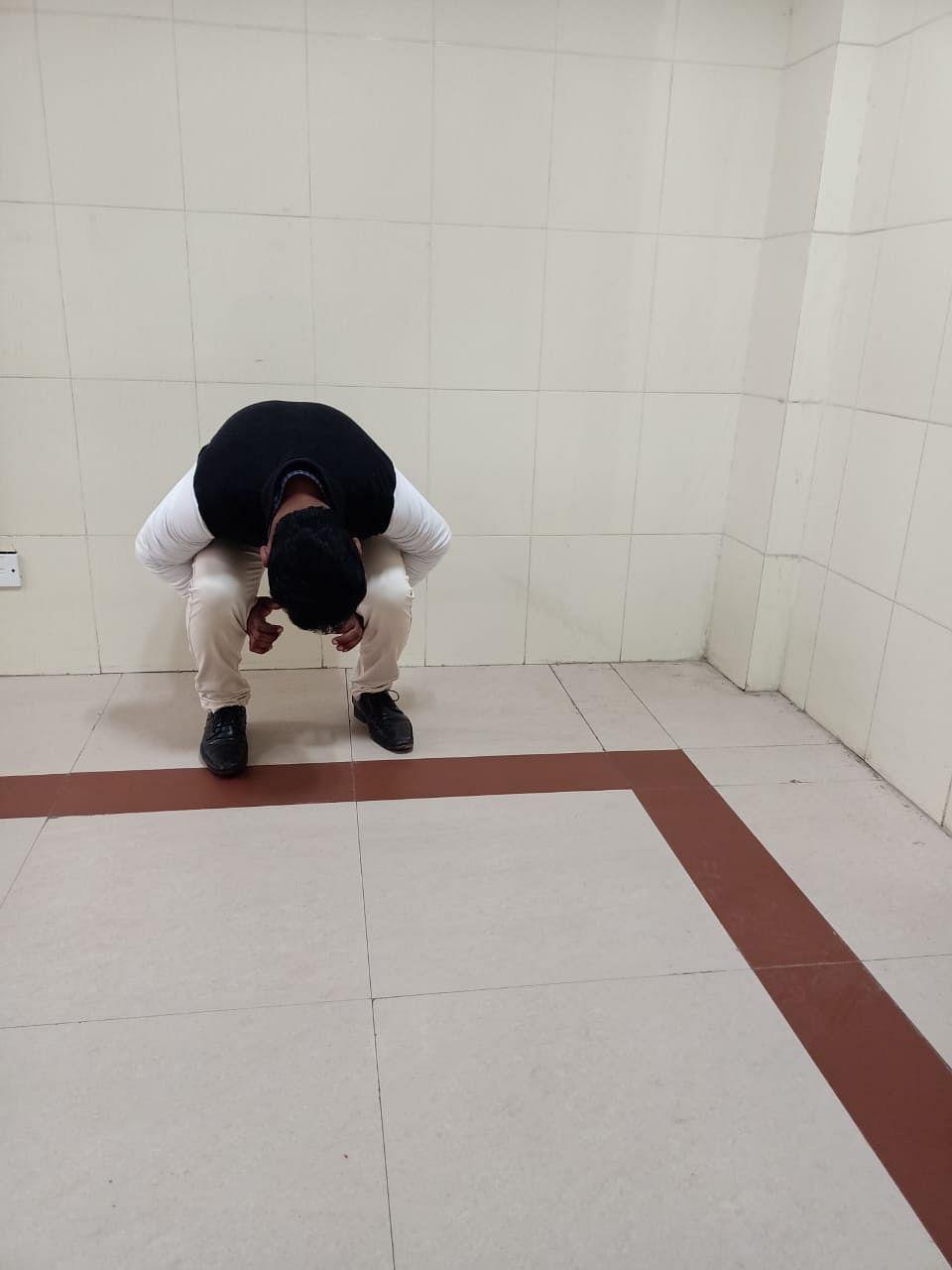 मेडिकल काॅलेज के जूनियर डॉक्टर की रैगिंग का फोटो वायरल, प्रिंसिपल का इनकार