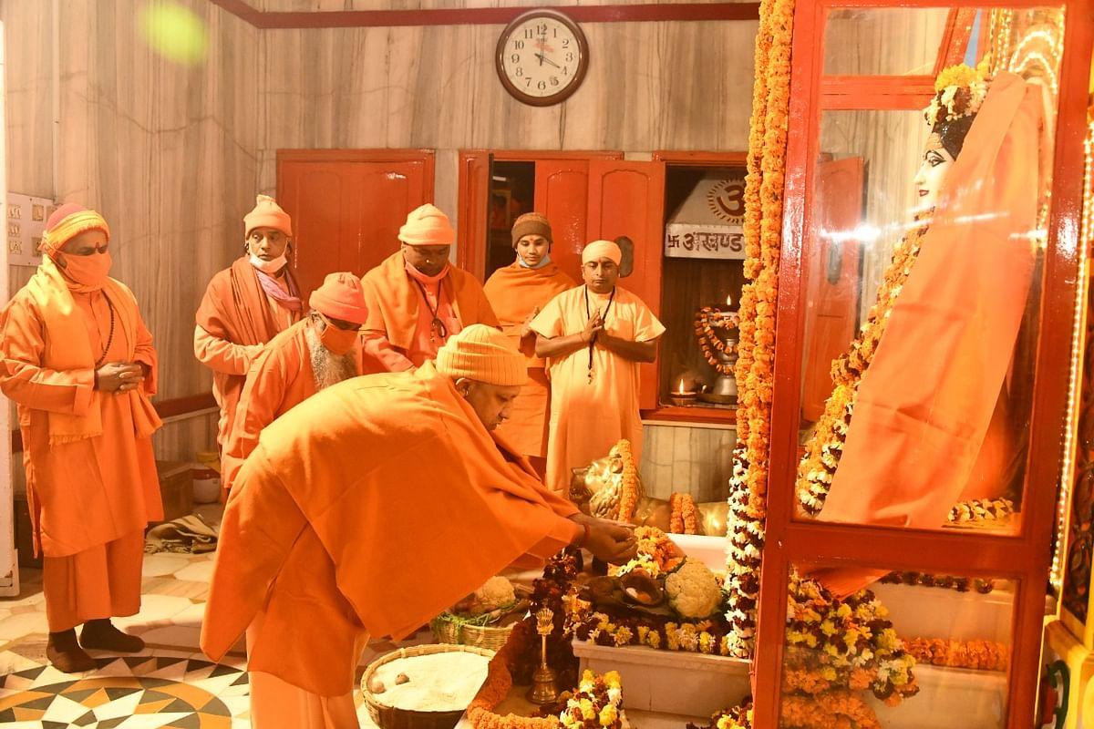 Chief Minister Yogi Adityanath climbed the Gorakhnath temple, congratulated everyone on Makar Sankranti