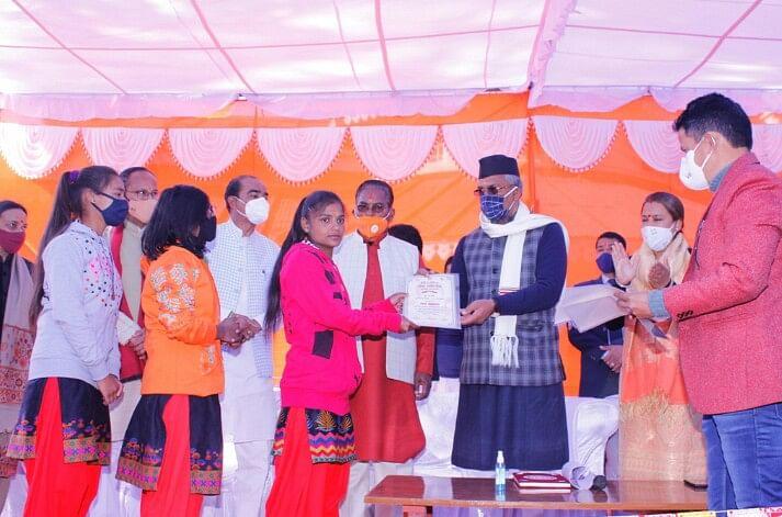 अल्मोड़ा में मुख्यमंत्री ने बेटियों से किया संवाद, ऐंपण कला की सराहना की