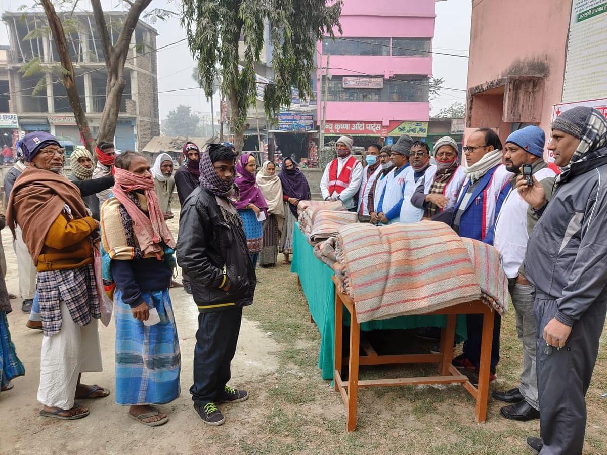 जरुरतमंद लोगों के बीच 200 कंबल का वितरण किया गया।