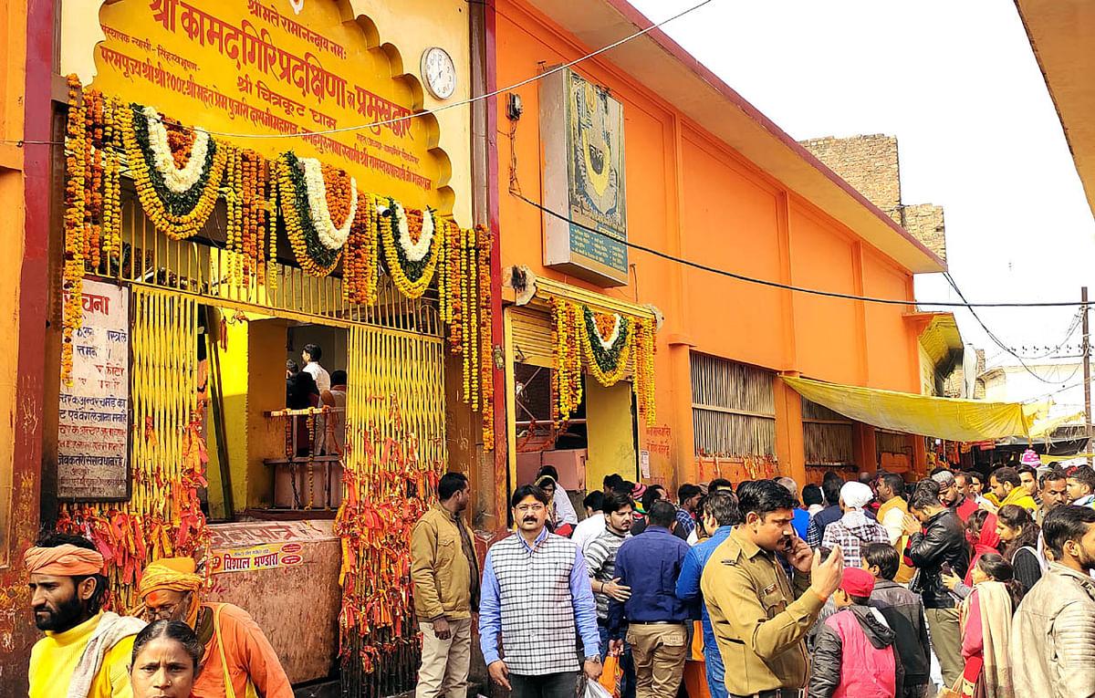 मनोकामनाओं के पूरक भगवान श्री कामतानाथ के दर्शन कर लाखों श्रद्धालुओं ने किया नूतन वर्ष का स्वागत